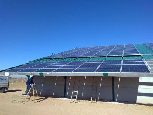 Instalación fotovoltaica de sistema hibrido para bomba de 50cv de riego directo a plantación de pistachos y servicios auxiliares en nave agrícola con programación de sectores de riego a través de internet.